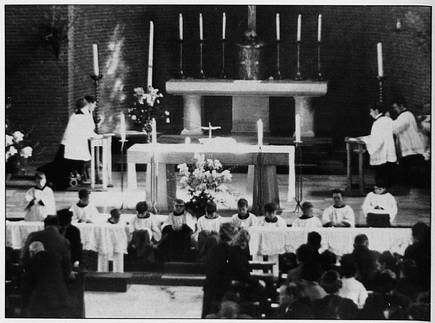De eerste H. Mis in de nieuwe kerk is natuurlijk de plechtige inzegening van het gebouw.