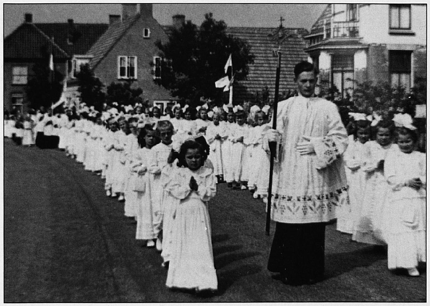 De sacramentsprocessie die ieder jaar op de tweede zondag na Pinksteren werd gehouden.