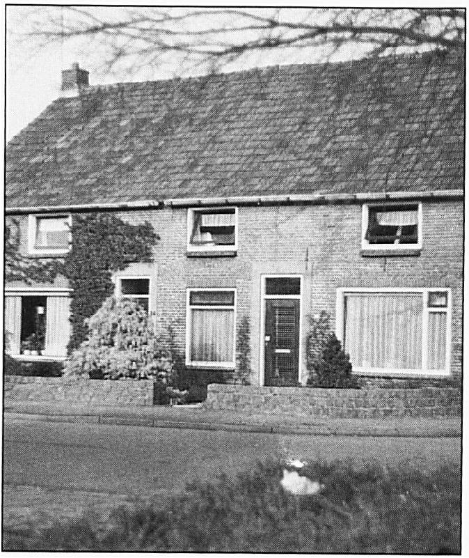 Het pand dat in 1882 in het bezit was van wethouder De Jongh en toen dienst deed als koetshuis. De oorspronkelijke bestemming is nog goed te zien aan de boog van de grote staldeur die precies midden in het pand gezeten moet hebben.