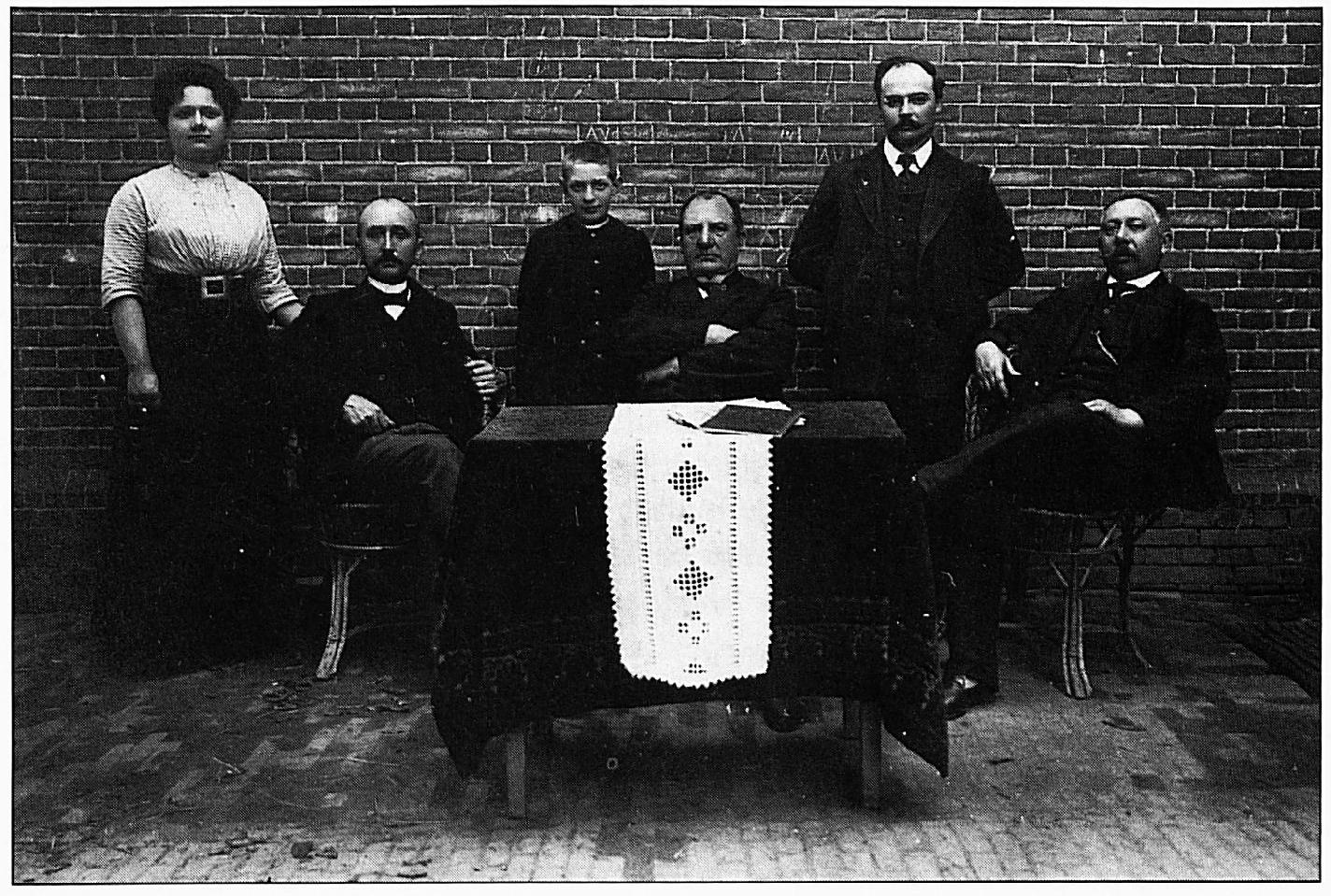 Dit is een van de oudste foto 's betreffende het lager onderwijs in Wamel Hij stamt uit de periode tussen 1905 en 1910. V.l.n.r. .... , Vincent, .... , Domsdorf, Van Oijen en Otten.