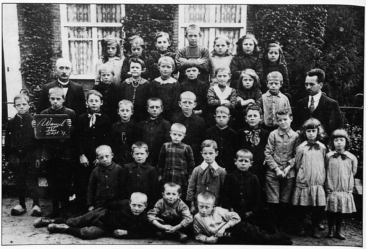Deze school foto dateert uit 1917 en is gemaakt op 12 september, zoals op de lei te lezen is. Achterste rij v.l.n.r.: Sjaan Udo, .... , Fien Vermeulen, V. Dinther, .... , Leida van Rossum, Marietje Schonen berg. Tweede rij van achteren: Meester Vincent, Herman van Rossum, Anna van Dinther, Corrie Tiebos, .... , Nellie Vermeulen, Marietje van Rossum, Jo van Haren, meester V.d. Steen. Derde rij van achteren: Gijs van Rossum, Pietje van Rossum, Fr. van Gelder (pater), Gerard van Gelder, Cor van Rossum, Dirk van Zuidam , Bertus van Rossum, Tonia van Dinthcr, Willie Schuijt, Joke Schuijt, Marietje Schuijt. Vierde rij : Ton van Rossum, Wim Walraven, Anneke Walraven, Guus Schuijt, Wim van Haren. Vooraan: .... ,(?) Vermeulen, Piet van Haren.