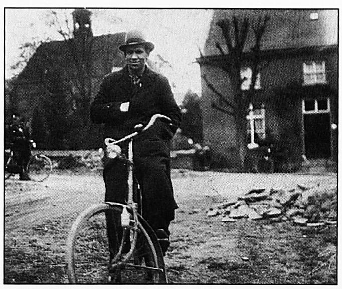 Deze foto toont het vroegere post- en telegraafkantoor van Mej. J. Liese, dat was gevestigd naast de P.C. Kerk. Op de voorgrond ziet U Rein van Rossum en op de achtergrond politieman Den Dunne.