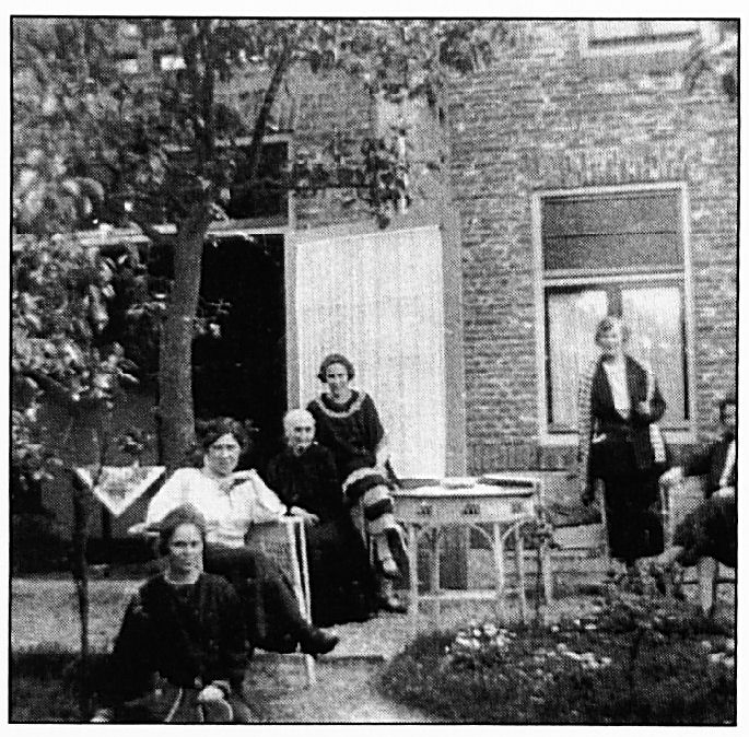 De dames Boereboom bij hun woning: Huize Catharina. Beide dames waren een begrip bij de Wamelse schooljeugd.