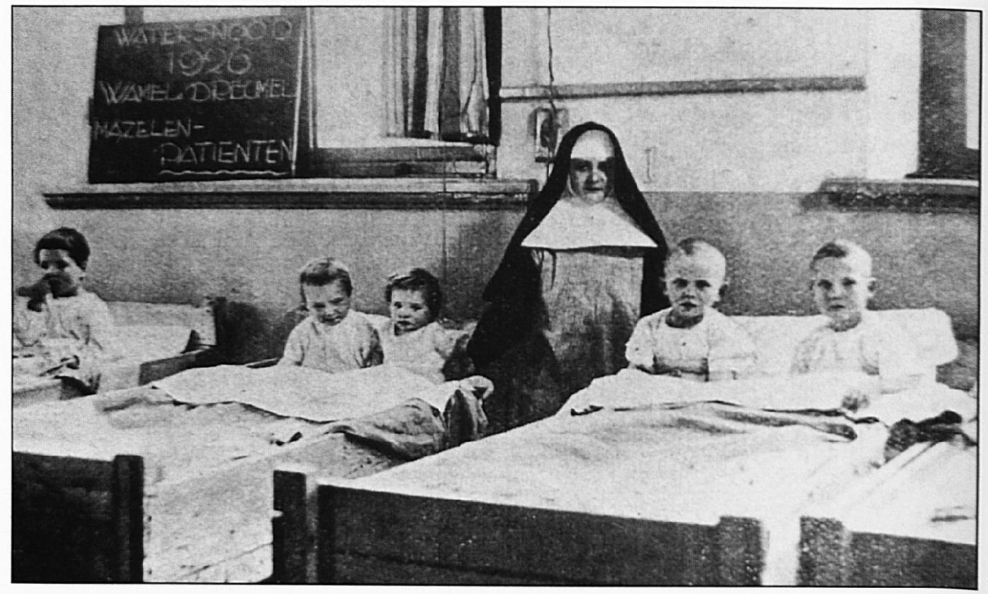 Kinderen uit Wamel en Dreumel tijdens de Watersnood in 1926. Het bord vermeldt duidelijk dat het mazelen patiëntjes betreft.