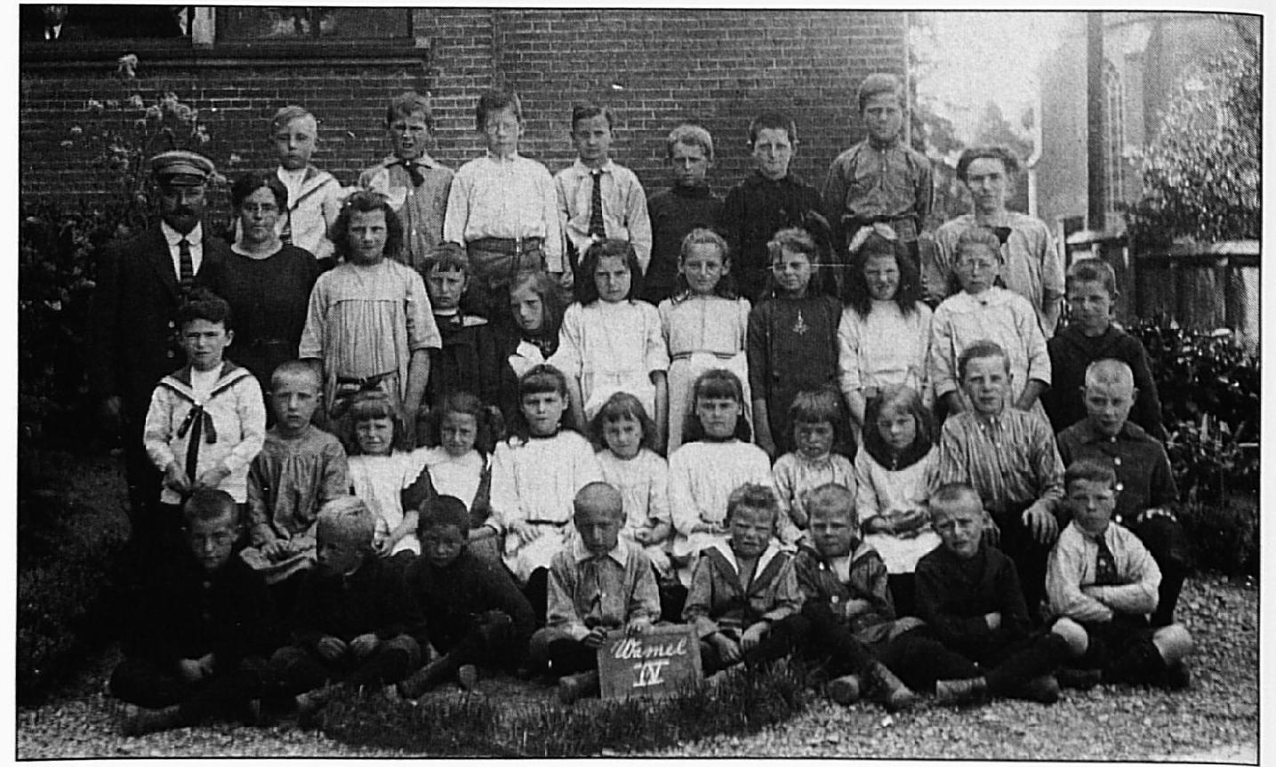 Een schoolfoto uit 1922/1923. Achterste rij v.l.n.r.: Jo Meijer, Jo van Lith, ..... , Harry Maas, W. de Zwaan{?), Marinus Nijs, Harry Melis. Juffrouw Boereboom. Tweede rij van achteren: Meester Van Oijen, Mevrouw Van Akkeren, Marie Melis, An van Lent, Grada Nijs, An Me lis, Gon Merkx, Truus Melis, (?)Melis, .... . , Bart Melis. Derde rij van achteren: Sel de Zwaan, Willie Looman, Nelly van Oijen, ..... , ..... , Carry van Oijen, .... . , ..... , ..... , Jan Melis, Max Looman. Voorste rij : Grad Lamers, Toon Lamers, Ben Lamers, Wim Lamers, Wil Melis, Ben Melis, Nol Tiebos, Albert van Oijen.