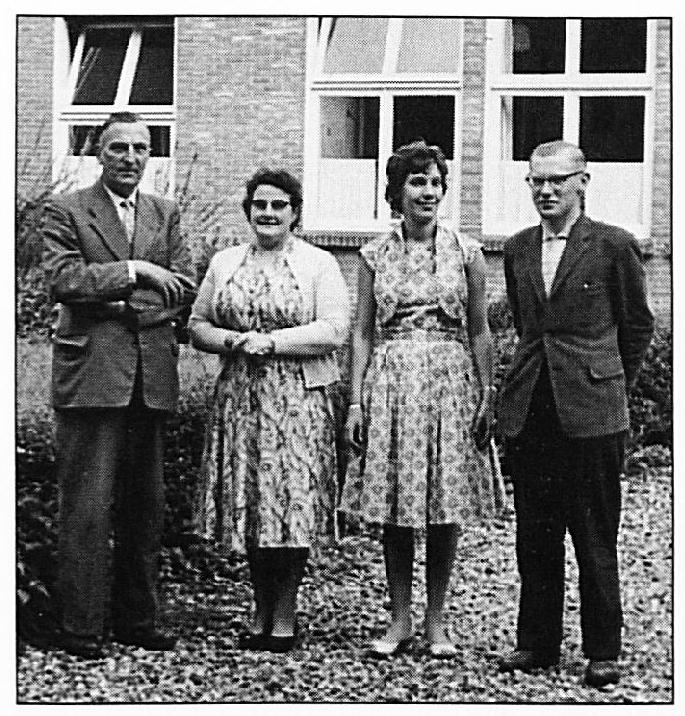 Schooljaar 1960/ 1961. Het toenmalige personeel van de St. Victorschool: meester Bakker, Mevr. Van Oijen Leijten, juffrouw Van Kessel en meester Brouwers.