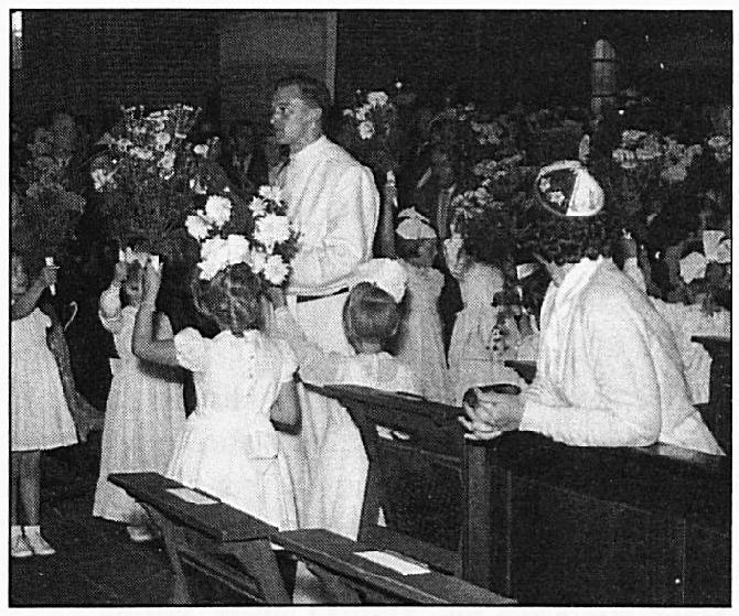 De eerste plechtige H. Mis van pater Victor Janssen, natuurlijk wederom omringd door bruidjes.