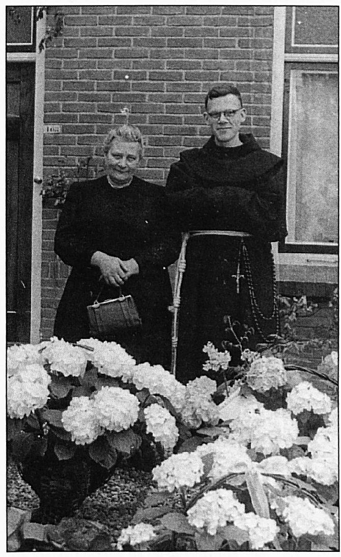 Pater Melis en zijn moeder op 25 april 1943, toen hij zijn eerste H. Mis opdroeg in Wamel. Zijn levenswerk ligt in de sloppenwijken van Rio de Janeiro.
