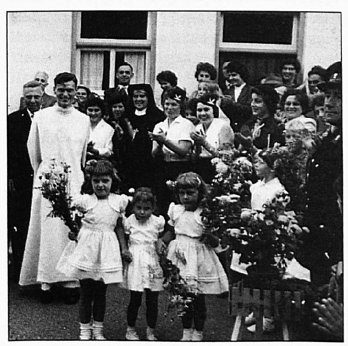 Ook toen pater Rogier van Rossum na zijn wijding werd ingehaald was hele gehele dorp present.