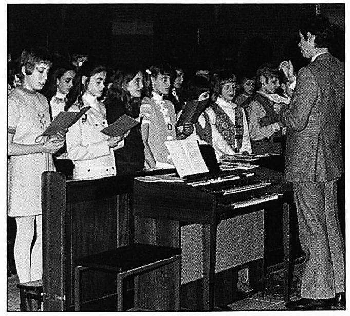 Ab Vermeulen, het hoofd van de school tijdens een dienst t.g.v. het H. Vormsel. Op de foto o.a. Joke van Oorsouw, W. v.d. Eijk. Petra Janssen, Annie Bouman, Marijke de Groen en Anita Balvers.