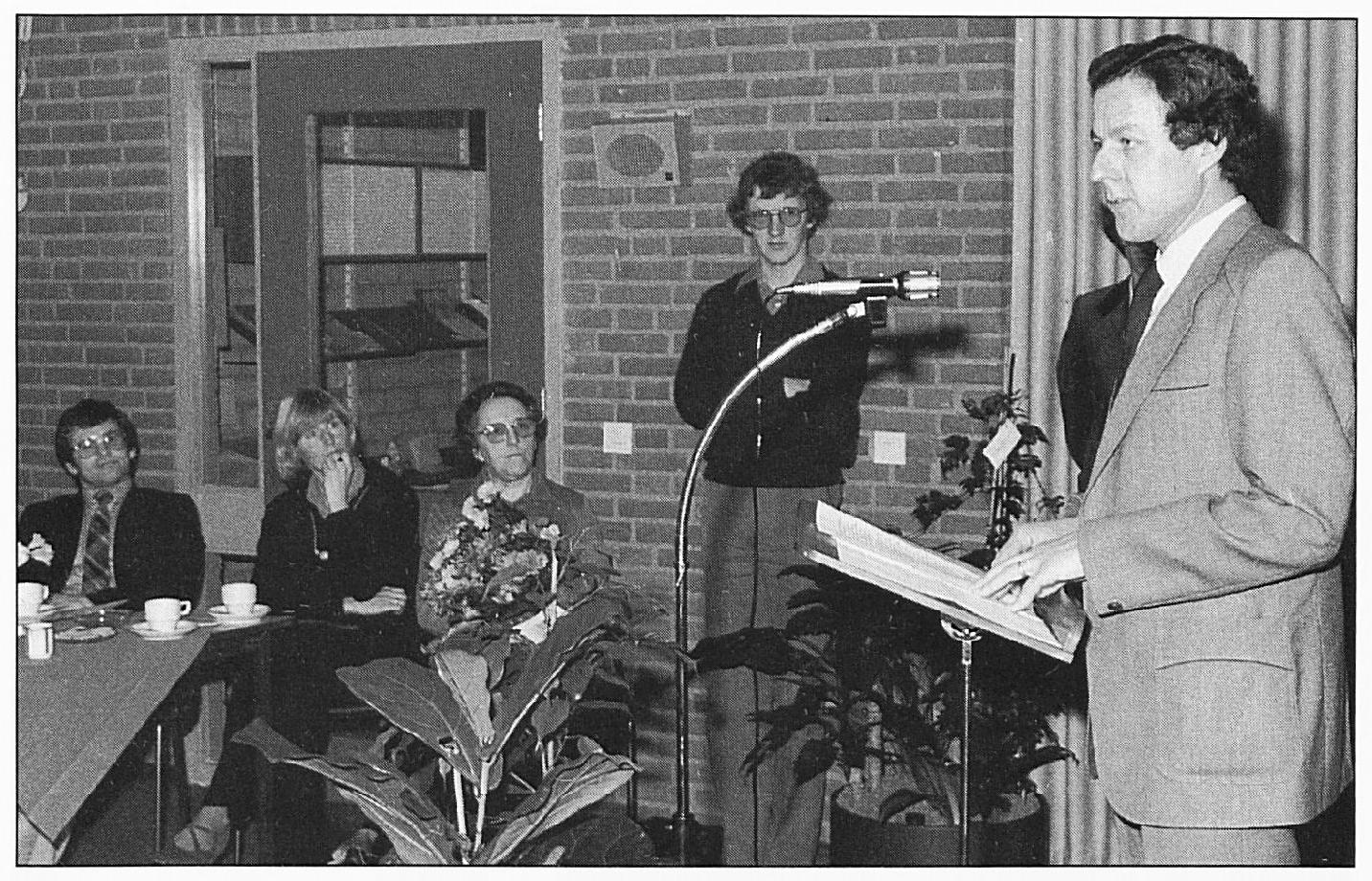 Dhr. Van Duynhoven, de toenmalige directeur van de Laak spreekt de genodigden toe tijdens de officiële opening van het nieuwe schoolgebouw.