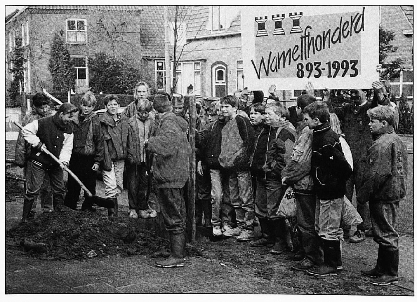 Boomplantdag 1992; in het kader van het elfhonderd-jarig bestaan van Wamel worden in de Dorpsstraat een groot aantal leilinden geplant doorgroep 8 van De Laak.