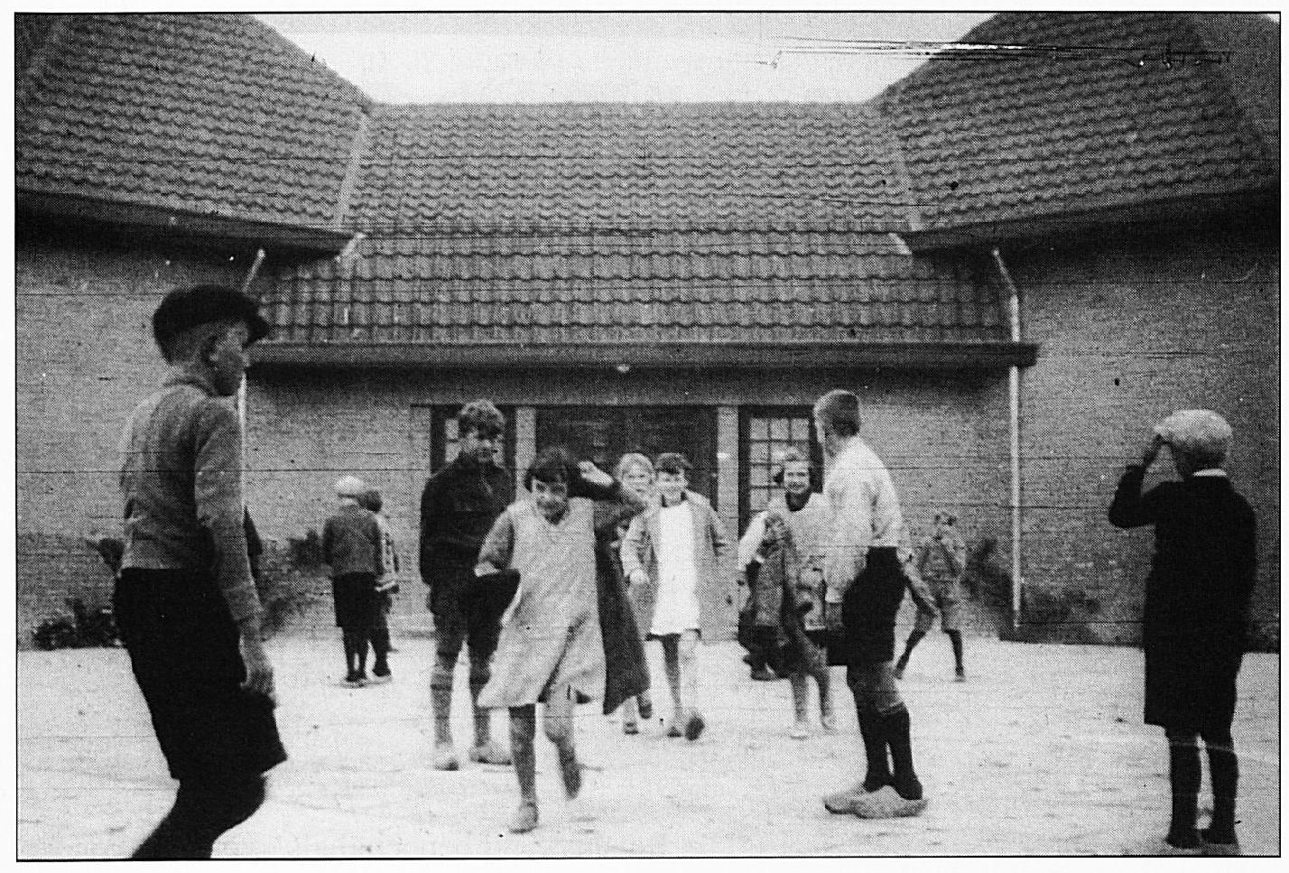 Een foto uit 1930, waarop o.a. Johan van Bruchem, Martien Drost, Aal van Dijk, Stien van Zuidam en Cor van Valburg.
