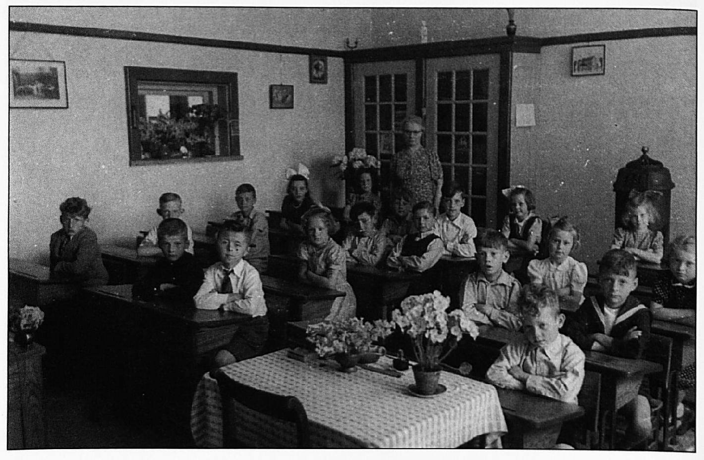 Een foto uit 1947. V.l.n.r., de rechtse rij: Huib Rutjens, Ries van Zuidam en Bart Valburg, Truus Schimmel en Gertrude Ruth, Zusje van Hoeke. Middelste rij: Jan van Ingen en Wim Verhoef, Bets de Graaf, Rinus van Zuidam en Kees van Ingen, Fier U do en Joke Verkerk, Riekie Hofman. Laatste rij: Sander van Ingen, Gé Broers, Han Valburg, Corrie van Ingen, Marietje van Oort en Juffrouw Liese.