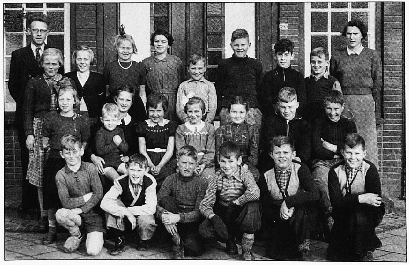 Deze foto dateert uit 1954. Voorste rij v.l.n.r.: Dicky Verwoert, Rinie Rutjens, Jan van Ruth, Henk Schimmel, Arie en Mary Heikoop. Tweede rij : Clasien den Haak, Tineke Gerritsen met Wim Uyterlinde, Tonnie Heikoop, Gerda van Oort, Toos van Hasselt, Piet Udo, Hennie Rusing. Derde rij: Meester Uyterlinde, Sjaan Verkerk, Gerrie van Bemmel, Unia den Haak, Kootje van Beem. Ernst van Oort, Corrie Udo, Jaap Drost, Wout Gerritsen, Juffrouw Middendorp