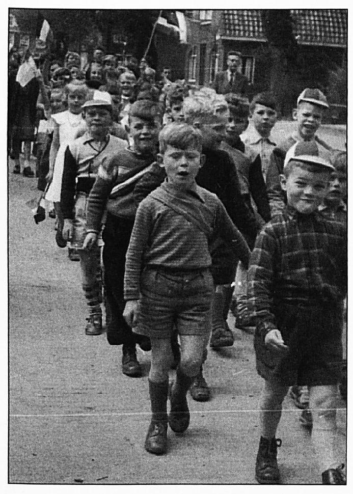 Een optocht van de schoolkinderen rond 1956.